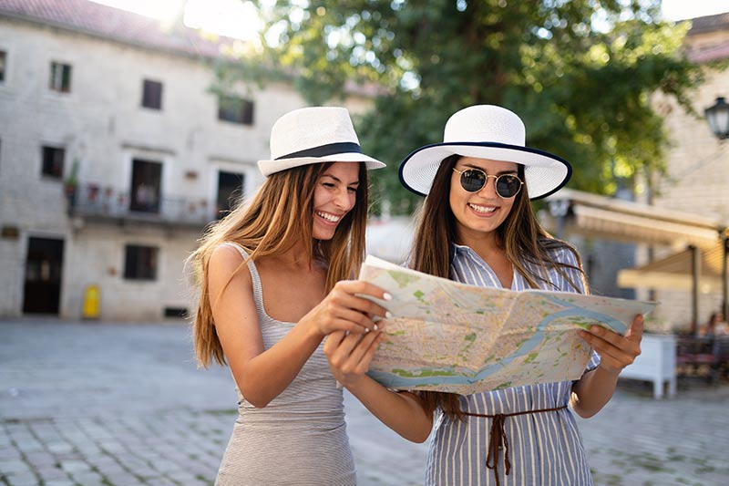 girl friends travelling summer vacation exploring L25N7SM