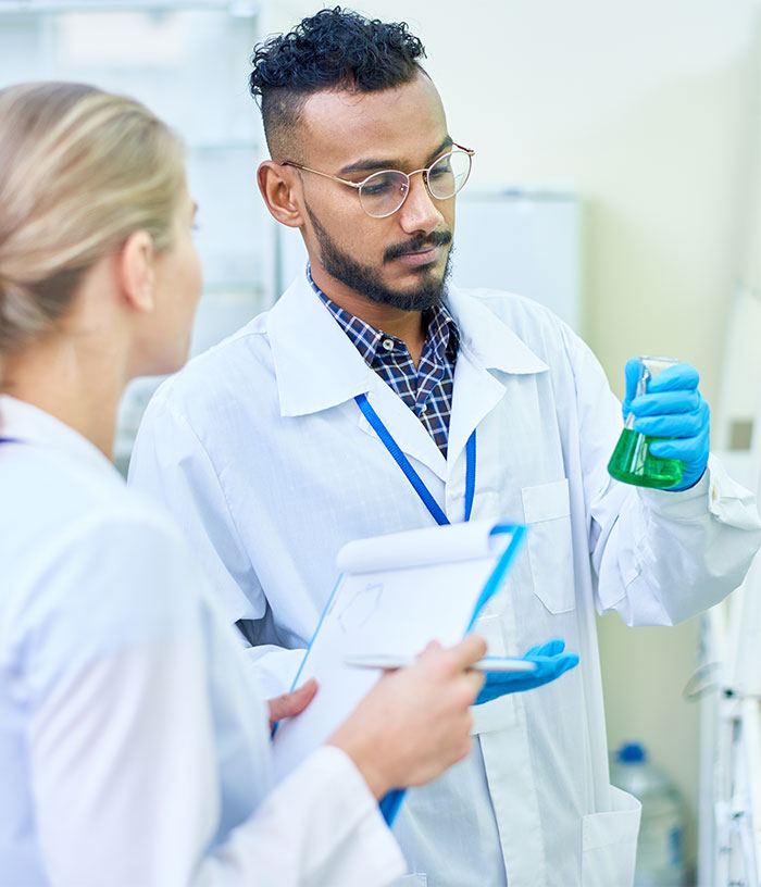 medical students in laboratory 97XUZVM