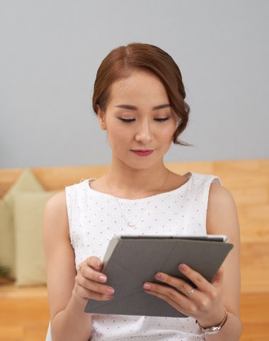 business woman with tablet BHAJUBX