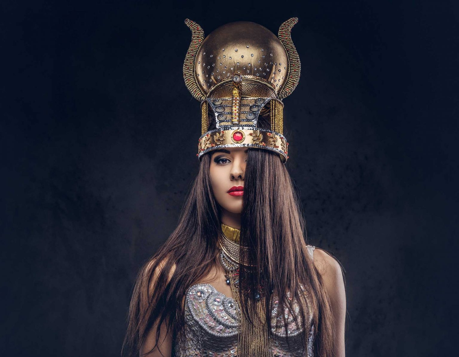 portrait of haughty egyptian queen in an ancient p S76HJ7J