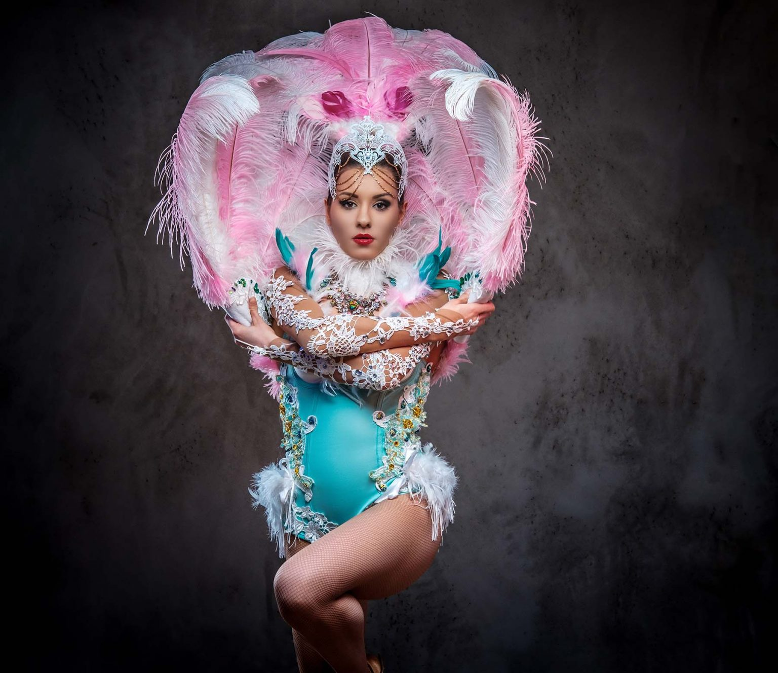 beautiful girl in a sumptuous carnival feather sui UFDBBVT